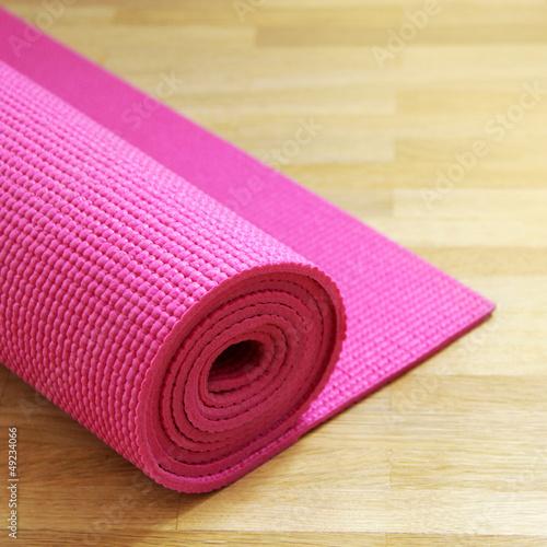 rosa yogamatte auf holzboden