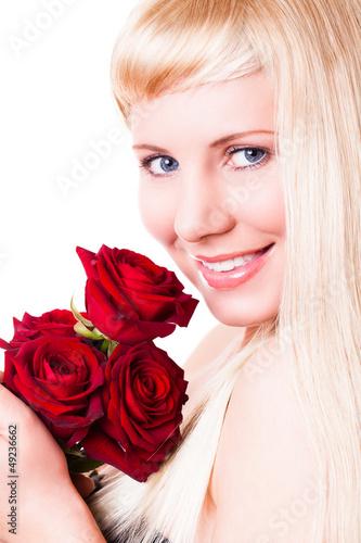 junge blonde Frau mit roten Rosen