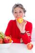 Ausgewogene Ernährung - Frau grauhaarig isoliert mit Obst