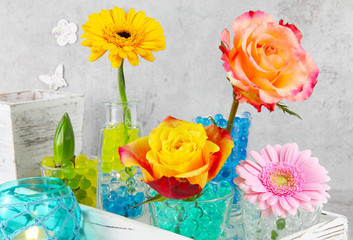 Farbenfrohe Tischdeko mit Blumen
