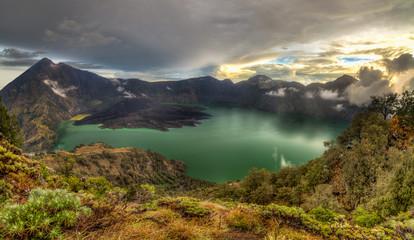 Coucher de soleil sur le volcan Rinjani et le lac Segara Anak