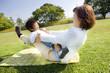 楽しく遊ぶ子供と女性