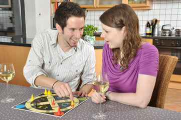 Junges Paar beim Gesellschaftsspiel