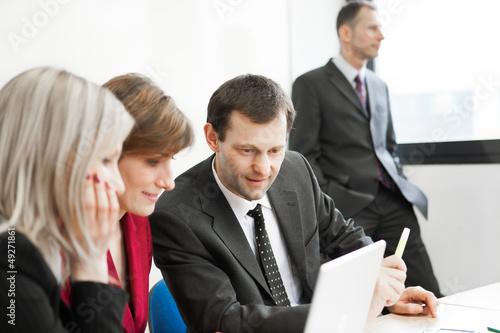 Groupe de travail et exclusion