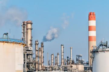 Ölraffinerie mit rauchenden Schloten