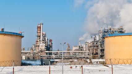 Ölraffinerie mit rauchenden Scloten