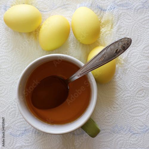 gelb gefärbte Ostereier trocknen von oben
