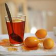 Orange gefaerbte Ostereier trocknen