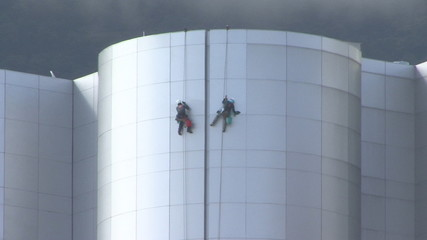 Climber cleaning modern building (1)