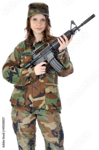 Junge Frau in Armee-Uniform mit Gewehr
