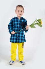 Junge mit Sonnenblume