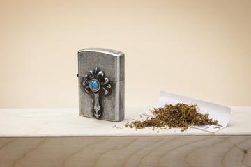 Benzinfeuerzeug mit Tabak