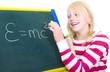 Mädchen schreibt Relativitätstheorie an die Tafel