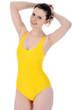 Junge Frau in gelbem Badeanzug
