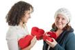 Junge Frau schenkt Mutter Herz