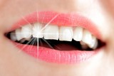 Frauenlachen mit Lichtreflex auf Zahn - 49306696