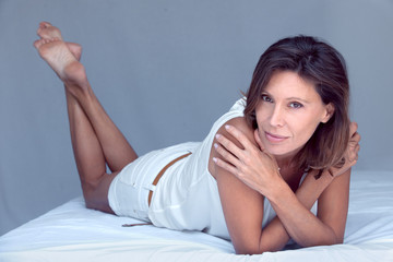 femme brune 40 ans détente jambes