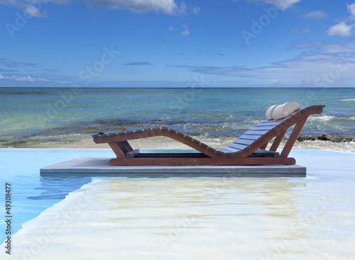 piscine à débordement au bord du lagon