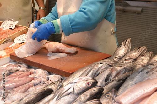 Hombre limpiando pescado