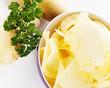 kartoffelchips mit kartoffeln und petersilie von oben