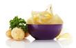 kartoffelchips in einer schale mit kartoffeln und petersilie