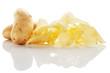 kartoffelchips mit kartoffeln auf weissem hintergrund