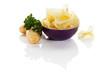 chips in einer schüssel mit kartoffeln und petersilie