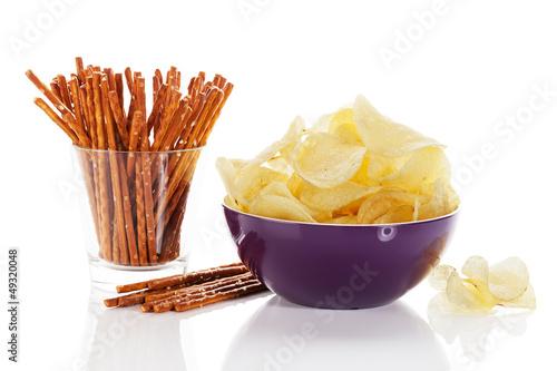 chips und salzstangen auf weissem hintergrund