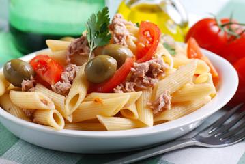 penne al tonno con pomodoro a pezzi e olive verdi