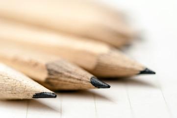 たくさんの鉛筆と白紙のノート