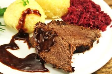 Fleischgericht mit Klössen und Rotkohl