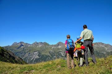 Papa und Kinder beim Bergwandern