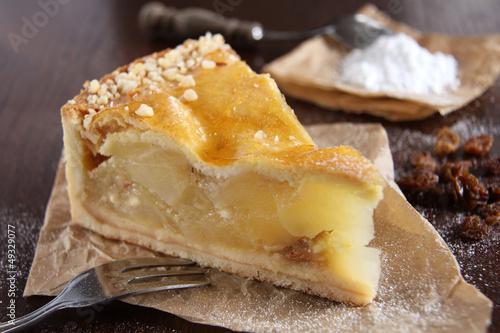Leinwandbild Motiv klassischer gedeckter apfelkuchen