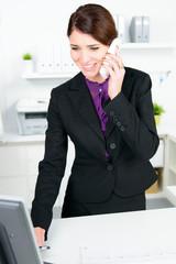 mitarbeiterin führt kundengespräch