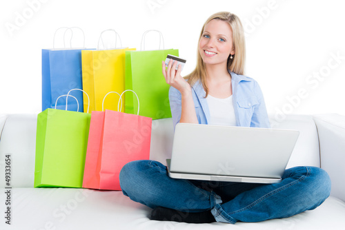 studentin auf shoppingtour am laptop