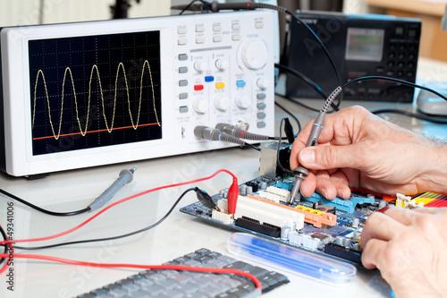 Leinwanddruck Bild Tech tests electronic equipment in service centre.