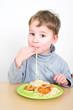 Kleiner Junge isst Nudeln