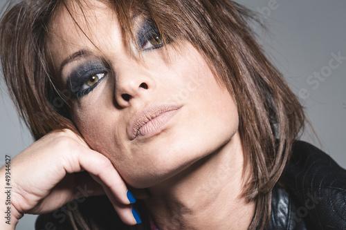 Coole Frau mit arrogantem Blick