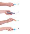 Hände mit Zahnbürsten