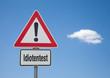 Achtung Schild mit Wolke IDIOTENTEST