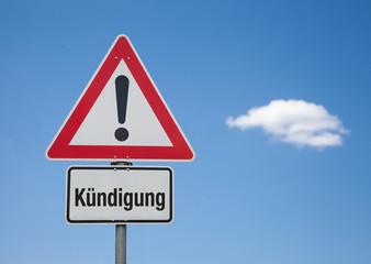Achtung Schild mit Wolke KÜNDIGUNG