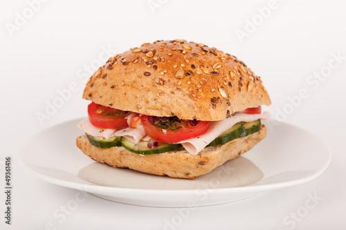 Mehrkorn Brötchen belegt mit Schinken und Salat auf Teller - 49361416