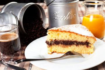 torta al cioccolato per colazione con caffè