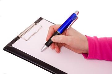 Weibliche Hand schreibt mit einem Kugeschreiber