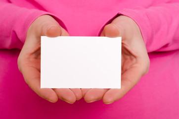 Zwei weibliche Hände halten eine Visitenkarte