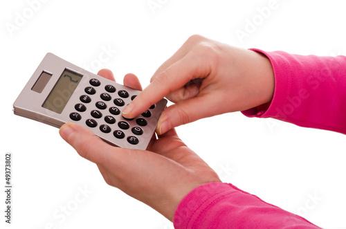 Zwei Hände tippen auf einem Taschenrechner