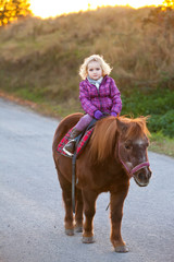 little girl riding pony horse - kind baby reitet pferd