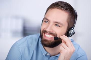 lächelnder kundenbetreuer mit headset