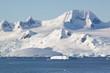 Eisgipfel und Gletscher von Trinity Island über dem Meer