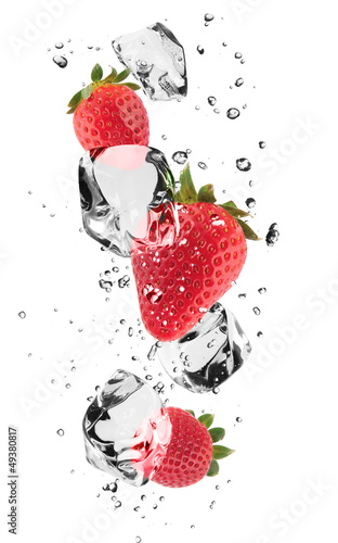 Foto op Canvas In het ijs Strawberries with ice cubes, isolated on white background